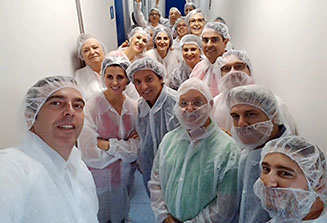 En la fábrica con trajes estériles para garantizar la asepsia.